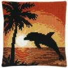 kruissteekkussen dolfijn bij zonsondergang